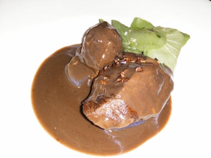 Carrillera ibérica con cacao de la selva y patata morada.