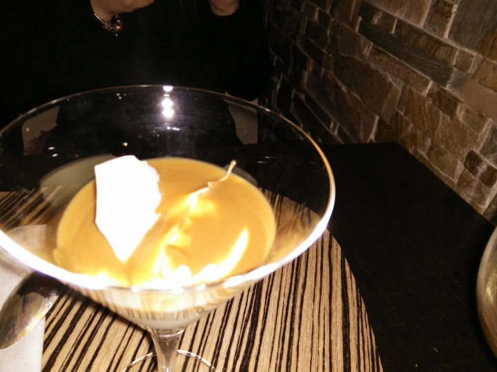 Mousse de queso sobre crujiente de barquillo y chocolate.