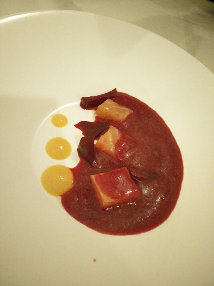 Gazpacho de remolacha, salmón marinado y ahumado, coulis de mango y cúrcuma.