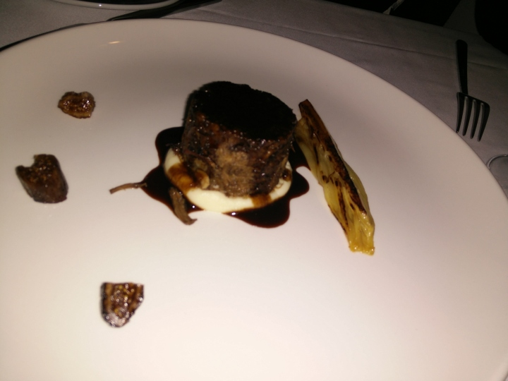abalí con salsa de cacao, puré de apio y nabo, endivia a la vinagreta e higos al coñac.