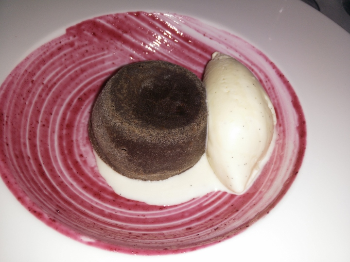 Coulant de chocolate, crema de frutos rojos y helado de vainilla
